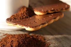 Cafè moulu et gâteaux aux pépites de chocolat Image stock