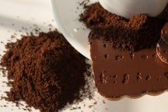 Cafè moulu et gâteaux aux pépites de chocolat Photo stock