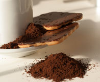 Cafè moulu et gâteaux aux pépites de chocolat Images libres de droits