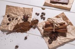 Cafè moulu, grains de café, cuillère d'argent, groupe de cannelle Images libres de droits