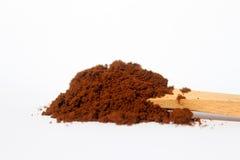 Cafè moulu sur la cuillère en bois Images stock