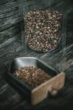 Cafè moulu sur le plateau de broyeur de café et le grain de café à l'intérieur du cle photos libres de droits