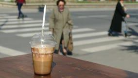 Café à aller avec du café nouvellement fabriqué au bord de la table banque de vidéos