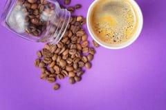 Café à emporter Americano dans la tasse thermo ouverte Photo stock