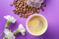 Café à emporter Americano dans la tasse thermo ouverte Photographie stock libre de droits