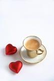 Café à la cuvette d'or et aux coeurs rouges Photos stock