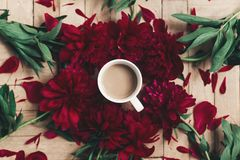 Café à moda e peônias vermelhas bonitas no backgr de madeira rústico Fotos de Stock Royalty Free