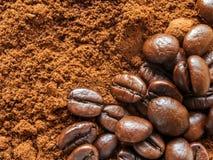 Café à terra do aroma e feijões de café naturais Foto de Stock