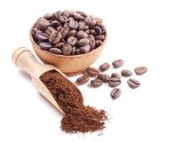Café à terra e feijões de café Fotos de Stock