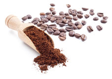 Café à terra e feijões de café Imagem de Stock