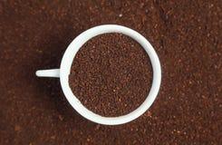 Café à terra em um copo Imagens de Stock Royalty Free