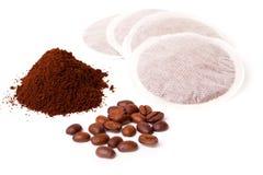 Café à terra fresco com os sacos de feijão de café e de café Fotografia de Stock