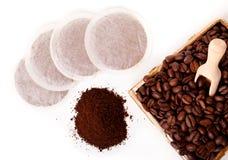 Café à terra fresco com os sacos de feijão de café e de café Foto de Stock