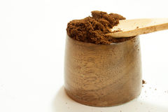 Café à terra na bacia de madeira Fotos de Stock