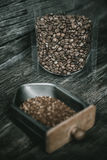 Café à terra na bandeja do moedor de café e no feijão de café dentro do cle fotos de stock royalty free