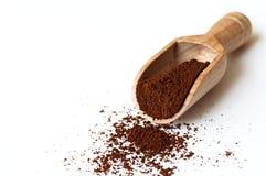 Café à terra na colher de madeira Imagem de Stock