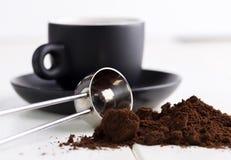 Café à terra na tabela natural branca com colher Fotografia de Stock Royalty Free