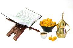 Café árabe com fruta da tâmara e o Quran santamente Imagem de Stock