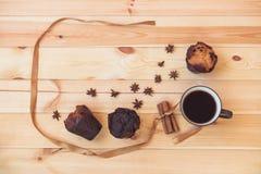 Café, épices et petits pains sur le fond en bois images stock