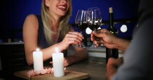 Café étreignant et potable de beaux jeunes couples dans la cuisine Photos libres de droits