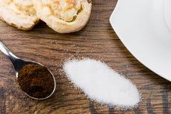 Café, açúcar e bolos na tabela de madeira Imagem de Stock Royalty Free