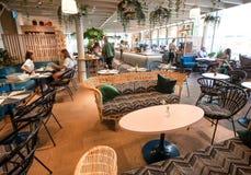 Café acogedor con la decoración moderna, gente que bebe, comiendo Foto de archivo