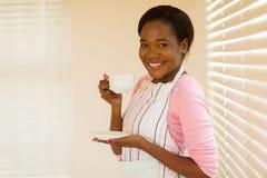 Café africain de femme au foyer photographie stock libre de droits
