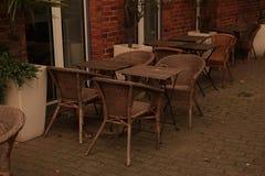 Café al aire libre con las sillas de mimbre Foto de archivo libre de regalías