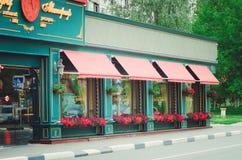 Café al aire libre con un exterior moderno hermoso imagenes de archivo
