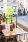 Café al aire libre de la calle con la decoración de la naturaleza Foto de archivo