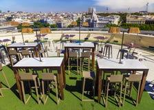 Café al aire libre en el tejado en Madrid, España Fotos de archivo libres de regalías