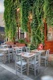 Café al aire libre en la calle vieja de la ciudad en Rethymno, Grecia imagen de archivo