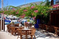 Café al aire libre en pequeña ciudad costera turca Foto de archivo libre de regalías