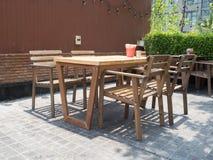 Café al aire libre en un jardín verde Imagenes de archivo