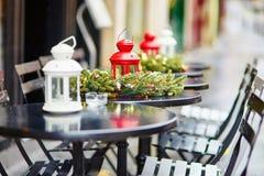 Café al aire libre parisiense adornado para la Navidad Imagen de archivo libre de regalías