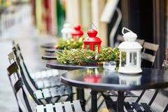 Café al aire libre parisiense adornado para la Navidad Fotos de archivo libres de regalías