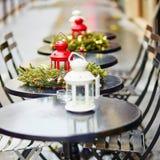 Café al aire libre parisiense adornado para la Navidad Foto de archivo