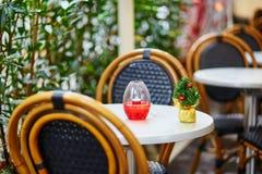 Café al aire libre parisiense adornado para la Navidad Fotografía de archivo