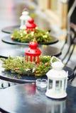 Café al aire libre parisiense adornado para la Navidad Imágenes de archivo libres de regalías
