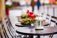 Café al aire libre parisiense adornado para la Navidad Imagenes de archivo