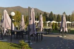 Café al aire libre vacío en un otoño soleado imagen de archivo libre de regalías