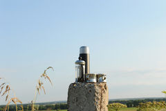Café alternativo que fabrica cerveja em uma imprensa francesa na natureza No fundo de um céu azul claro imagem de stock royalty free