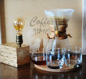 Café alternativo que prepara en el filtro Cubiletes de cristal Lámpara de mesa con el bulbo de Edison Fotografía de archivo