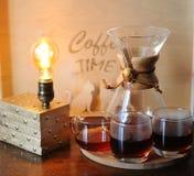 Café alternativo que prepara en el filtro Cubiletes de cristal Lámpara de mesa con el bulbo de Edison Fotos de archivo