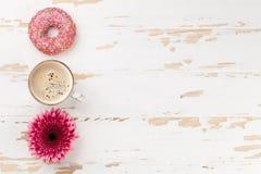 Café, anillos de espuma y flores Fotografía de archivo