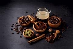 Café, anis, canela e noz-moscada no fundo preto fotografia de stock royalty free