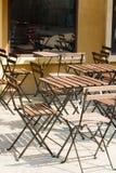 Café ao ar livre e as cadeiras de madeira fotos de stock