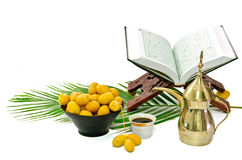 Café arabe avec le fruit de datte et le Quran saint Photo libre de droits