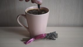 Café aromático quente em uma caneca cor-de-rosa filme