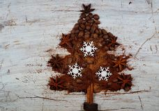 Café asado, tierra, habas y café instantáneo en la forma del árbol de navidad Fotos de archivo libres de regalías